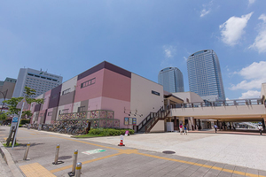 幕張のショッピング街と高層ビジネスビル(出典:PIXTA)